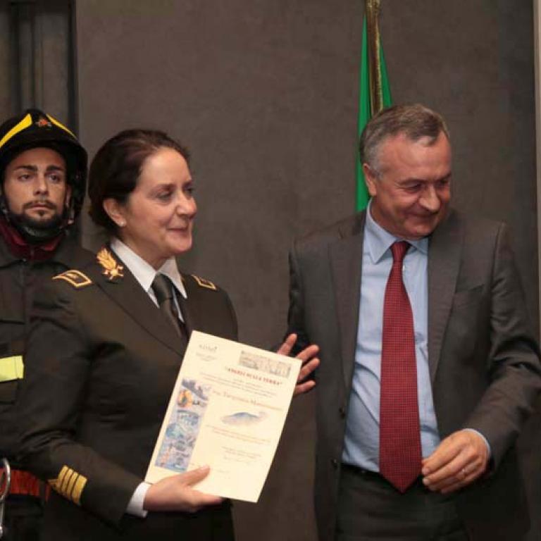 Ing. Tarquinia Mastroianni ha meritato la targa e l'attestato di stima per l'encomiabile impegno che presta nella sua attività di studio, coordinamento e pianificazione persso gli Uffici Centrali