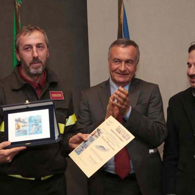 E' stato premiato anche il coraggio del Vigile del Fuoco, Paolo Pizzacaro, in servizio presso il Comando VV.F. di Venezia, meritevole di essere intervenuto, incurante della propria incolumità, ijn un condominio interessato da un'esplosione causata da una fuga di gas