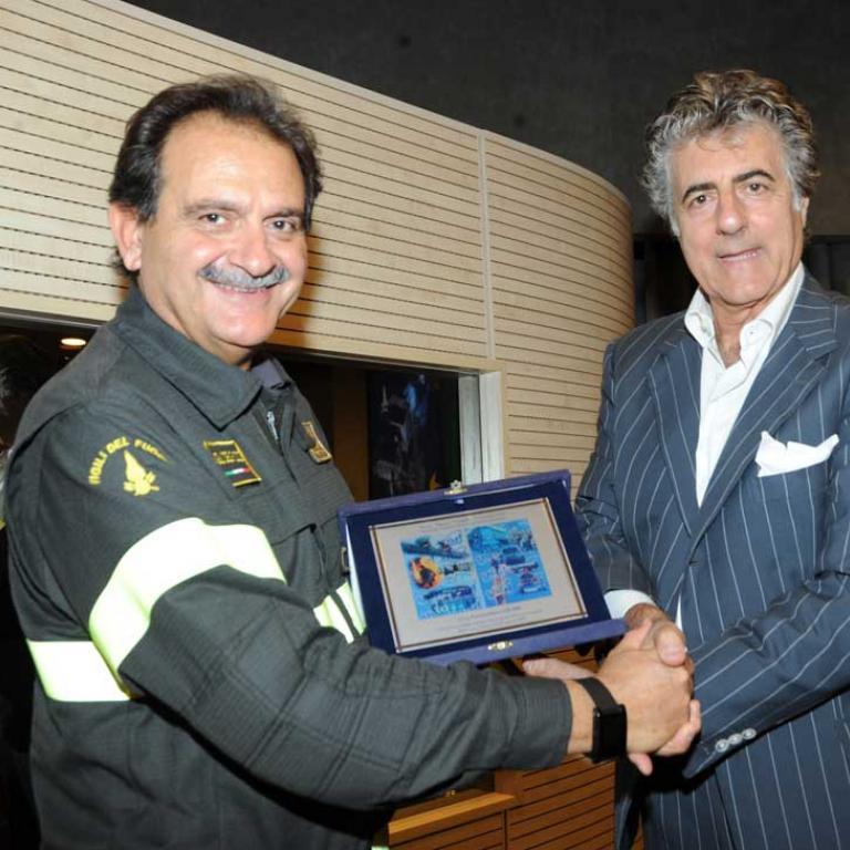 L'Ing. Giuseppe Romano ha ritirato una targa di riconoscimento conferita a tutto il Corpo Nazionale dei Vigili del Fuoco per l'opera meritoria di soccorso che stanno svolbendo nelle zone terremotate dell'Italia centrale.